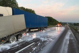 Трассу Киев-Чоп залило клеем после масштабного ДТП на Ровенщине