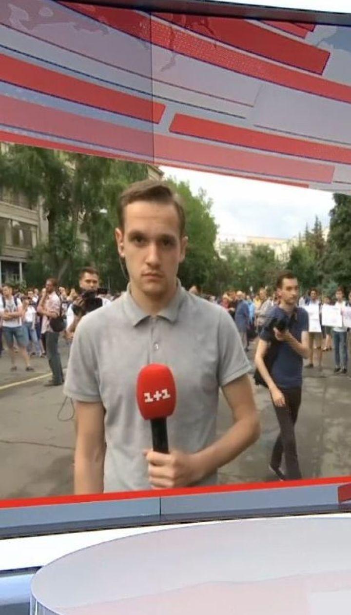 Сотни протестующих под МВД требуют отставки Арсена Авакова