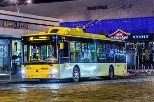 В Киеве мужчина силой пытался залезть в троллейбус и со злости разбил двери транспорта