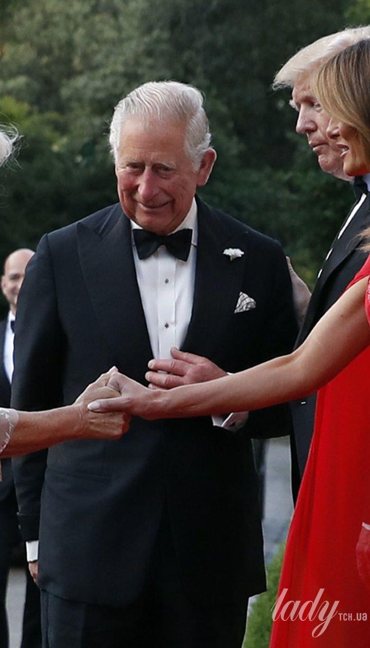 Герцогиня Корнуольская и принц Чарльз с Дональдом Трампом и Меланией Трамп на приеме в резиденции посла США