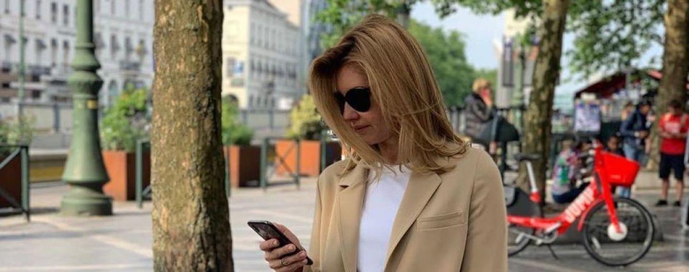В бежевых кюлотах и кедах: стильная Елена Зеленская в Брюсселе