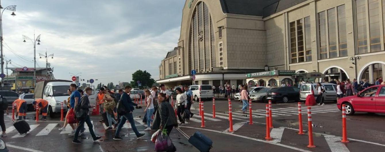 В Киеве таксисты угрожают уничтожить новые делиниаторы возле железнодорожного вокзала