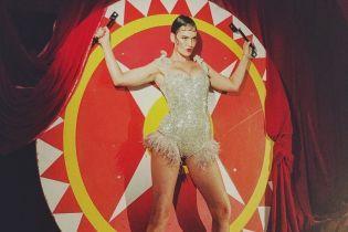 Сексуальная Даша Астафьева в серебристом наряде с перьями позировала в центре мишени