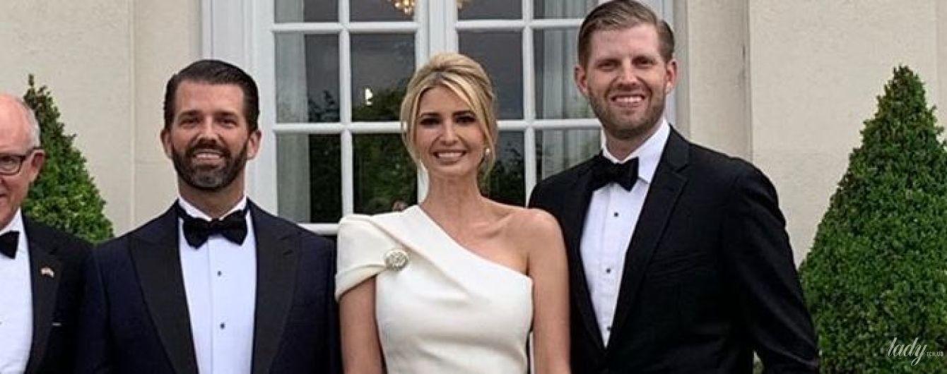 """Голубое платье, белый наряд и юбка с принтом """"далматинец"""": эффектные образы Иванки Трамп в Лондоне"""