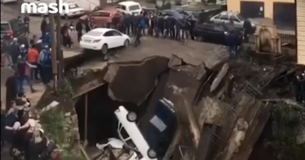 У Росії саморобний міст з машинами впав у гірську річку. Відео