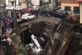 В России самодельный мост с машинами обвалился в горную реку. Видео