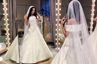 Катерина Кухар показалася у весільних сукнях і попросила поради у фанів