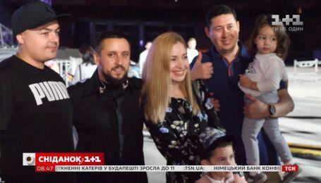 Участники благотворительных марафонов попали за кулисы шоу MONATIK на НСК Олимпийский