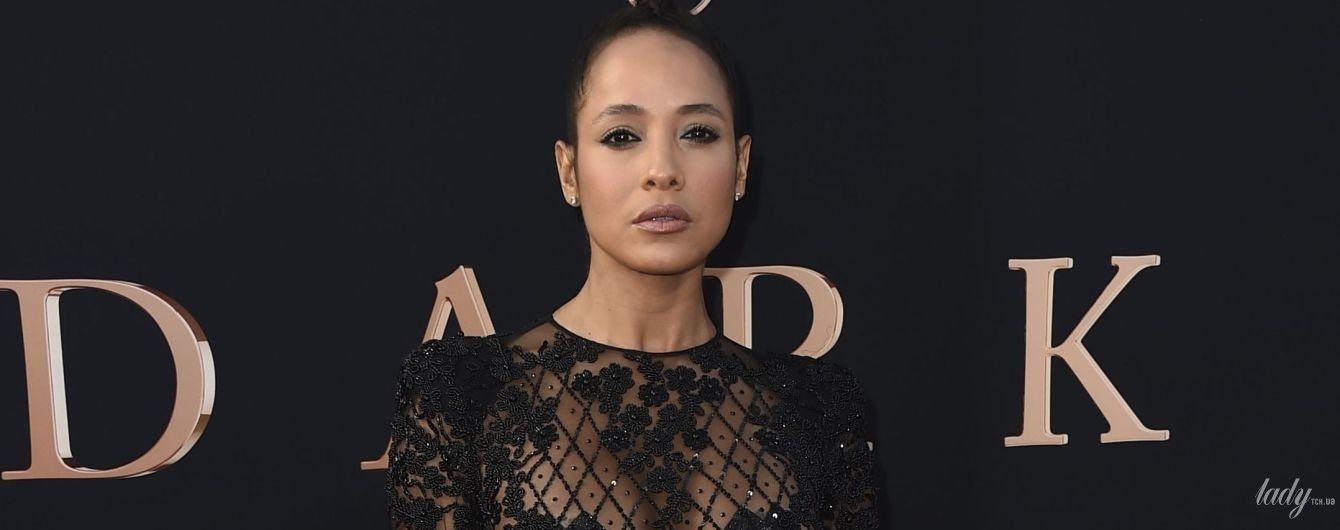 Без бюстгальтера: американо-доминиканская актриса позировала на премьере фильма в прозрачном мини