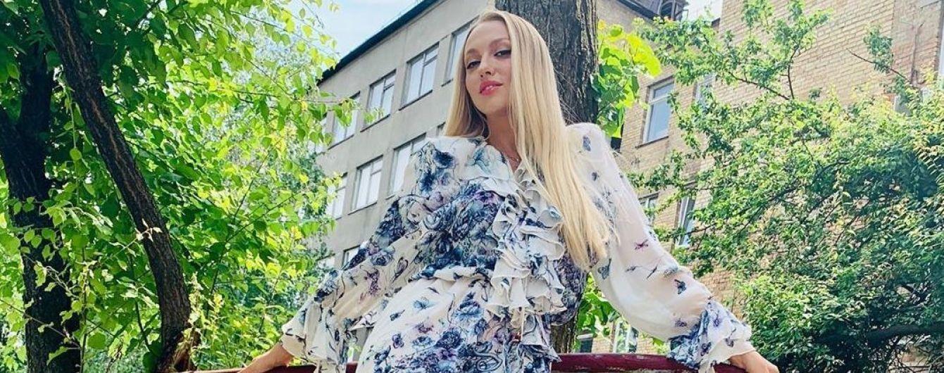 Какая кокетка: Оля Полякова в асимметричном цветочном платье похвасталась стройными ногами