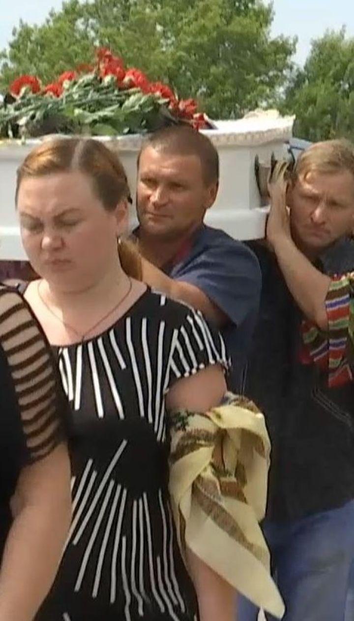 Дети, родные и незнакомые люди провели маленького Кирилла в последний путь