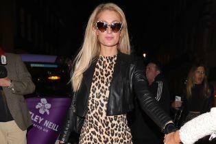 В леопардовом платье и очках: Пэрис Хилтон в гламурном образе сходила в ресторан