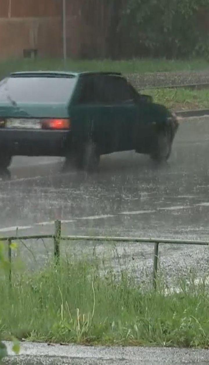 Грозові дощі з поривчастим вітром синоптики прогнозують у всій Україні