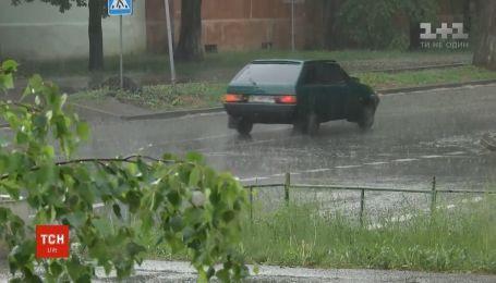 Грозовые дожди с порывистым ветром синоптики прогнозируют по всей Украине
