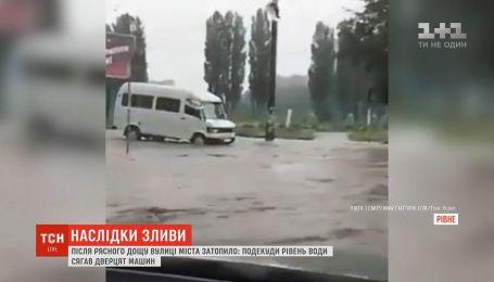 Мощный ливень затопил улицы Ровно