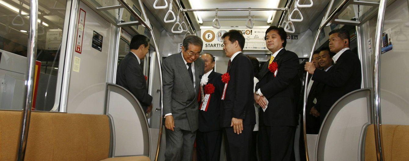 В японском метро поезд сошел с рельсов