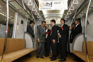 У японському метро потяг зійшов з рейок