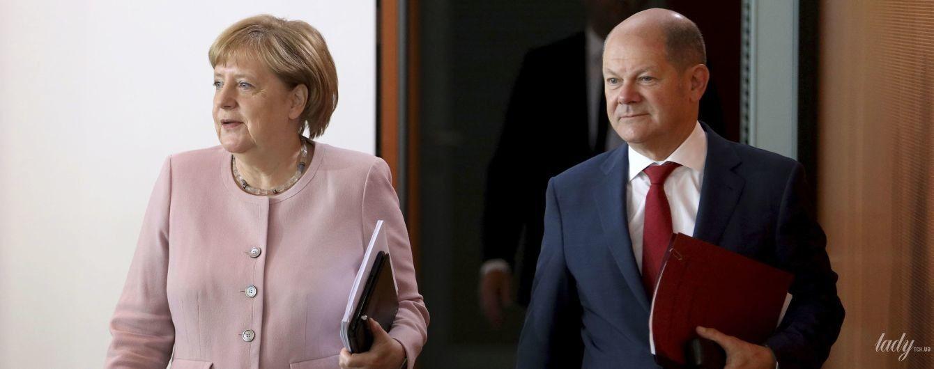 Ей идет: Ангела Меркель в розовом жакете пришла на заседание министров