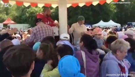 В России толпаснова поборолась за бесплатный плов и попкорн