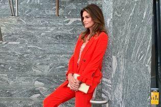 В ефектному червоному костюмі: Сінді Кроуфорд на б'юті-заході