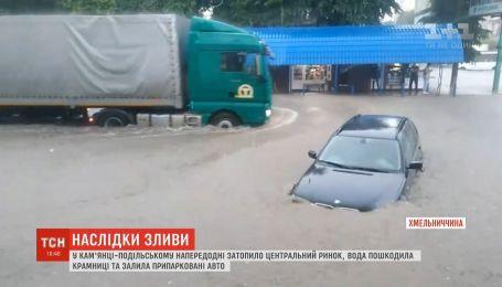 Центральный рынок затопило в Каменце-Подольском: повреждены магазины и авто