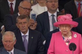 В Нормандии посла США сравнили с подростком за то, что снимал Елизавету II на телефон