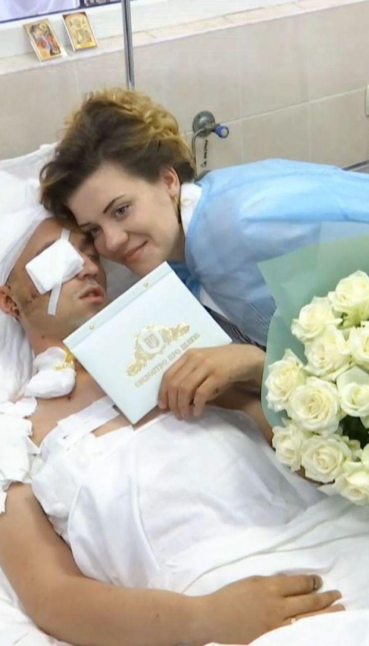 Свадьба после комы: тяжелораненый боец женился в реанимации