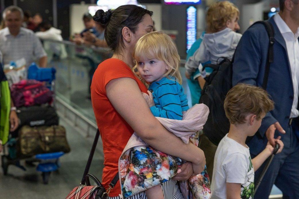 дітей багатодітної українки повернули на батьківщину 2