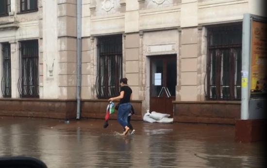 Унаслідок сильних злив у Чернівцях підтопило залізничний вокзал