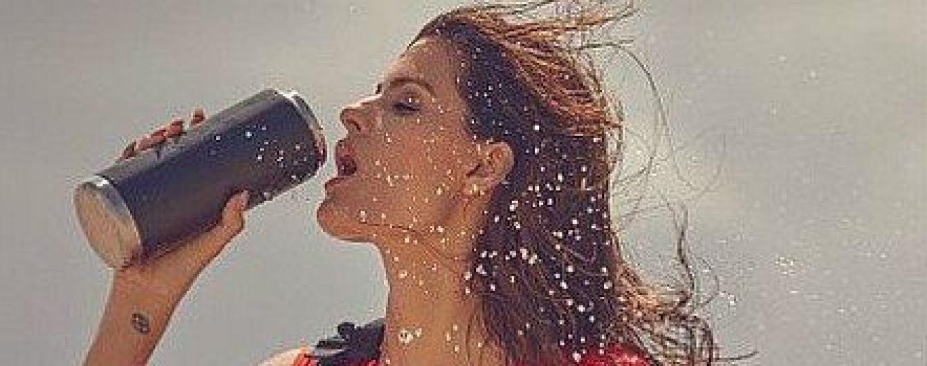 Какая сексуальная: Изабели Фонтана в красном купальнике позировала на пляже