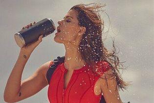 Яка сексуальна: Ізабелі Фонтана в червоному купальнику позувала на пляжі