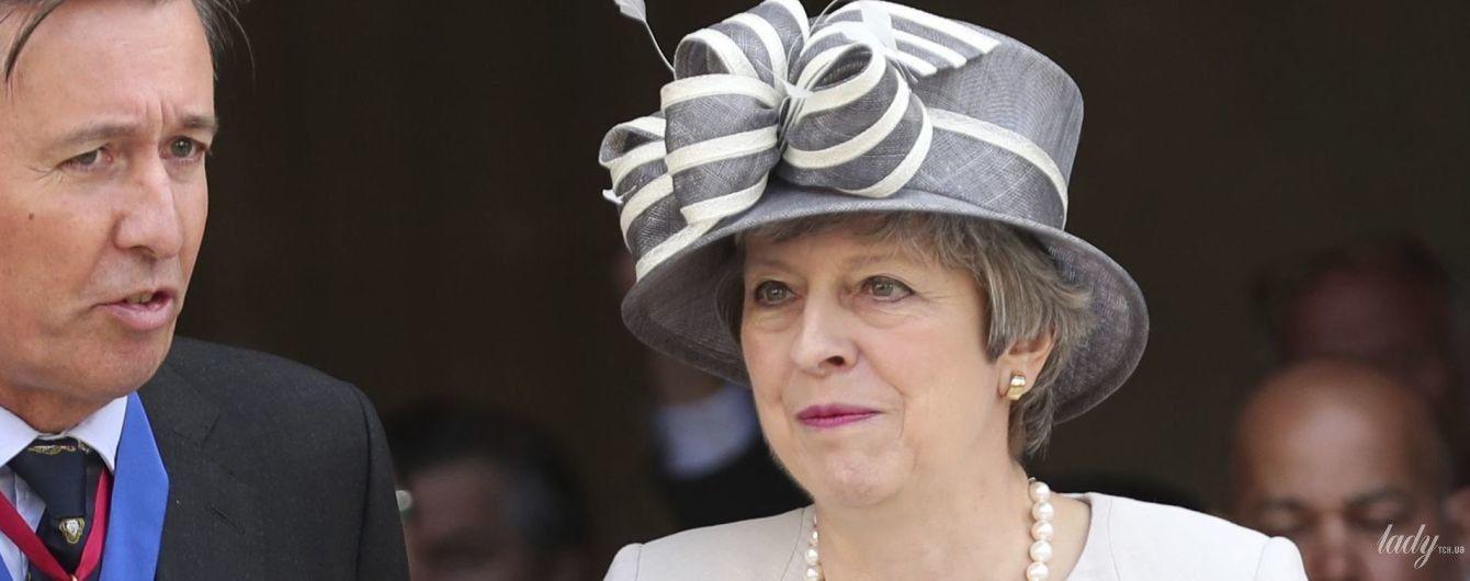 Стала очень элегантной: Тереза Мэй в шляпе и светлом платье приехала во Францию