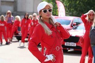 В красном комбинезоне и белой кепке: стильная Пэрис Хилтон в Лондоне