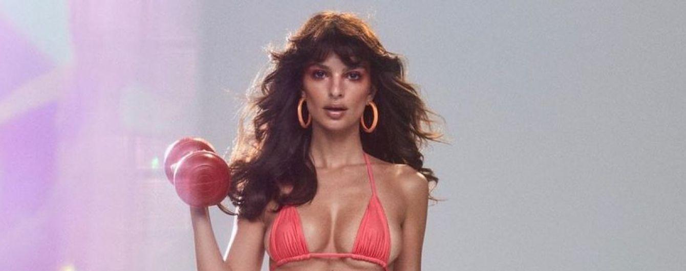 Эмили Ратажковски соблазнительно рекламирует стильные купальники собственного бренда