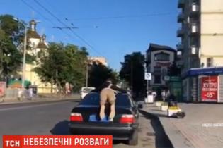У Рівному розшукують водія BMW, який провіз пасажира на даху