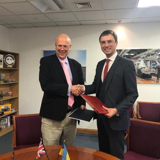Україна підписала угоду з Великою Британією про лібералізацію вантажних перевезень та скасування автодозволів
