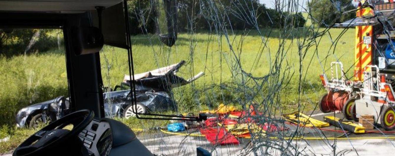 В Германии пожилая пара на легковушке столкнулась с автобусом со школьниками: 23 пострадавших