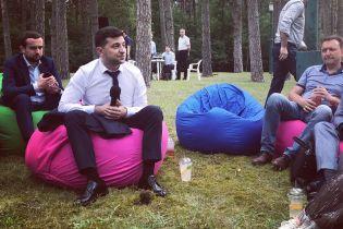 Шаурма, вино и кресла-мешки. Зеленский неформально встретился с журналистами в загородной резиденции