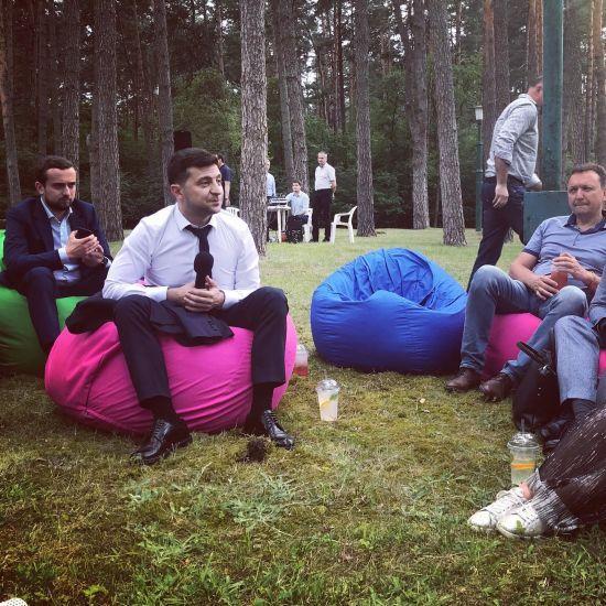 Шаурма, вино та крісла-мішки. Зеленський неформально зустрівся з журналістами у заміській резиденції