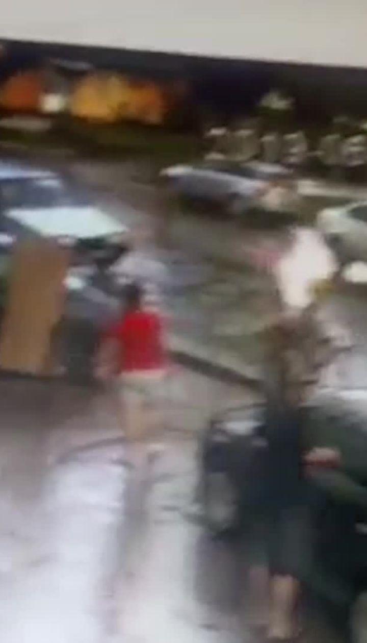 У Конотопі поліцейський збив хлопчика на переході. Відео з камер спостереження