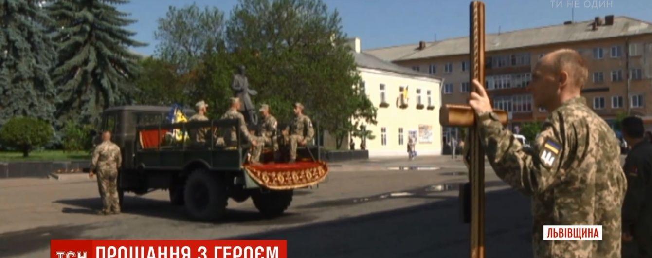 """""""Ракета прямо в машину попала"""": на Львовщине похоронили погибшего бойца танковой бригады"""