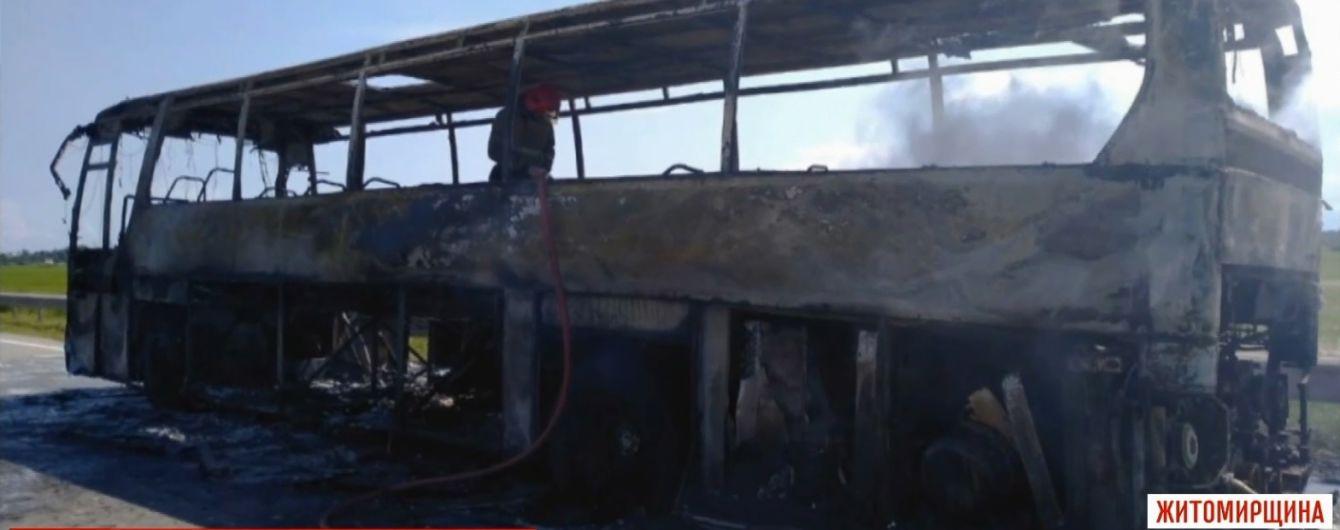 До металлического скелета: на Житомирщине во время рейса сгорел пассажирский автобус