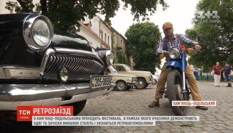 Старые машины и люди из прошлого: в Каменце-Подольском в разгаре ретро-фестиваль
