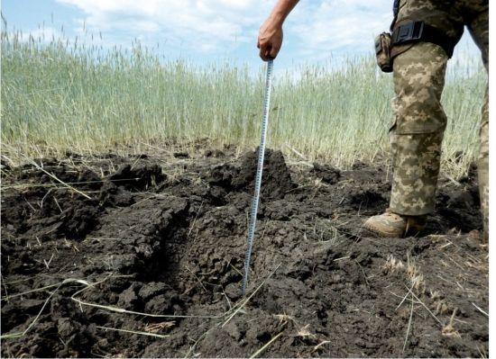 СЦКК опублікував фото свіжої вирви від обстрілу мирних сіл на Донеччині