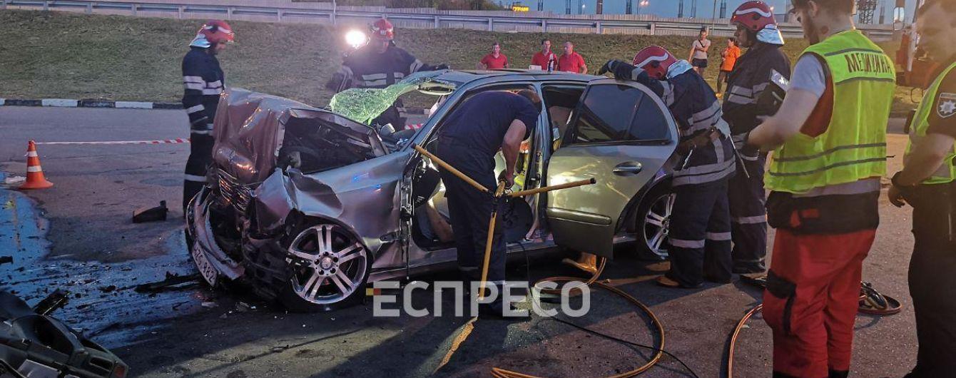 На Столичном шоссе Mercedes на большой скорости врезался в здание: водитель погиб