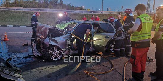 На Столичному шосе Mercedes на великій швидкості вкарбувався у будівлю: водій загинув