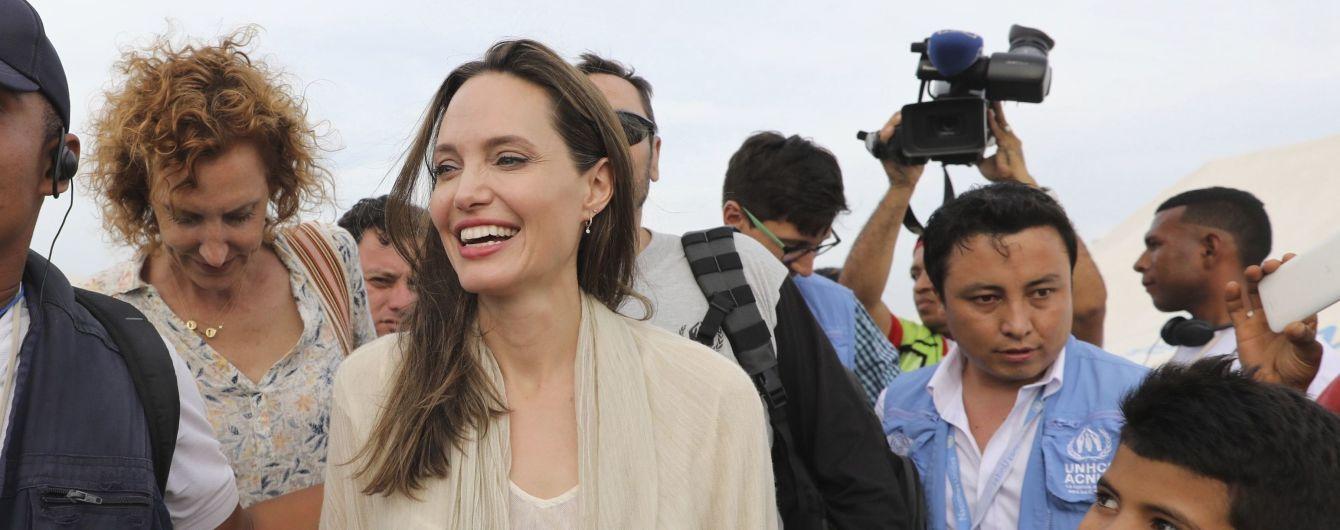 Улыбающаяся Анджелина Джоли в легком платье посетила лагерь беженцев в Венесуэле