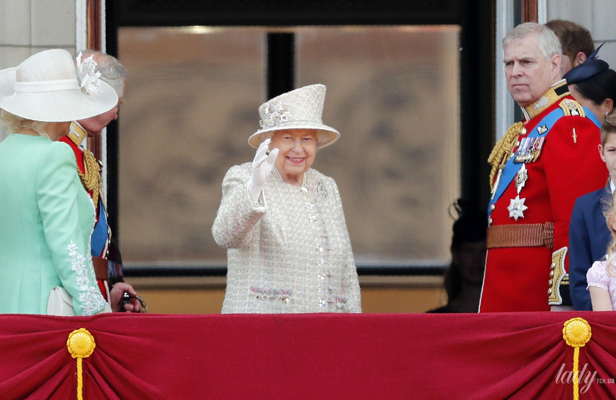 Королевская семья на параде_11