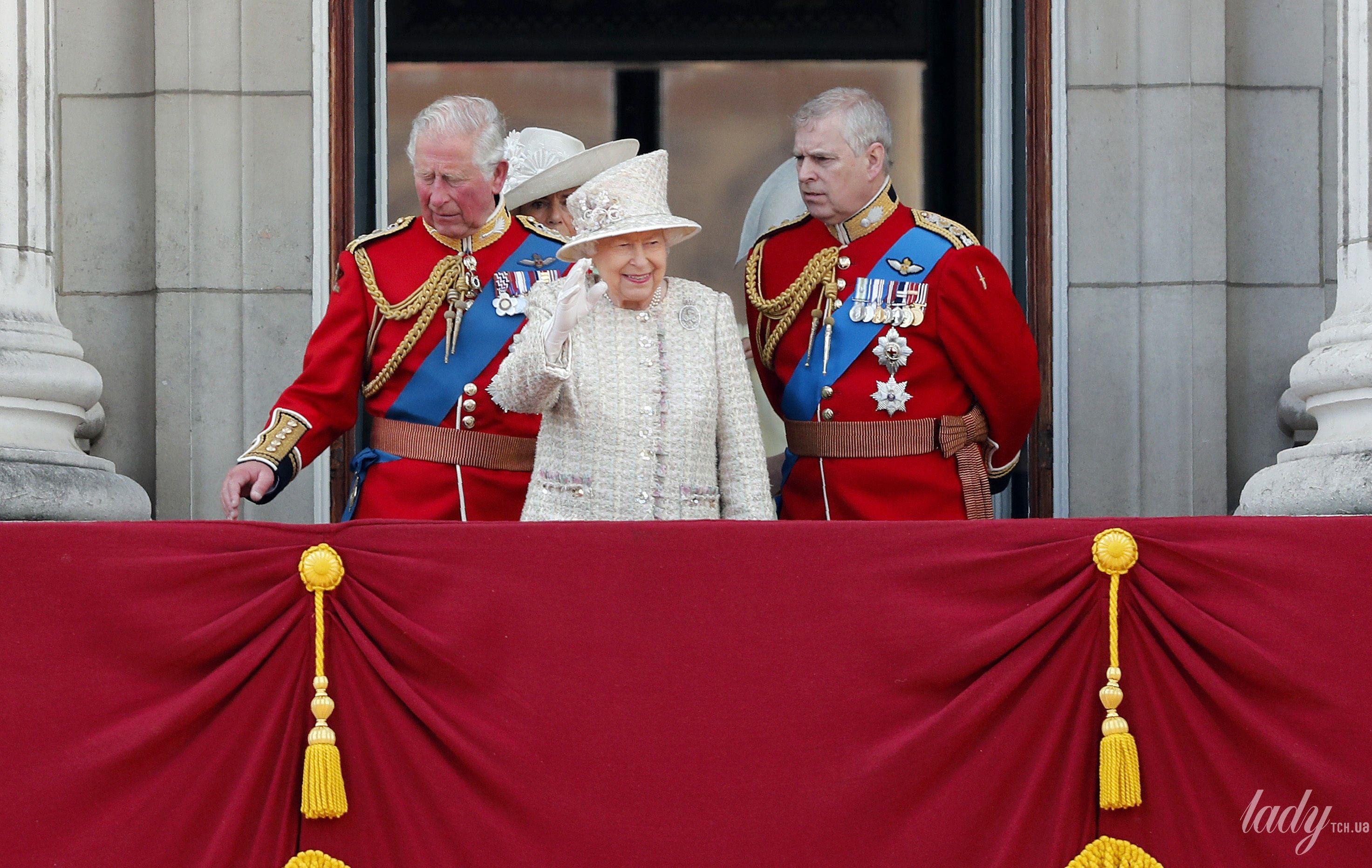 Королевская семья на параде_7