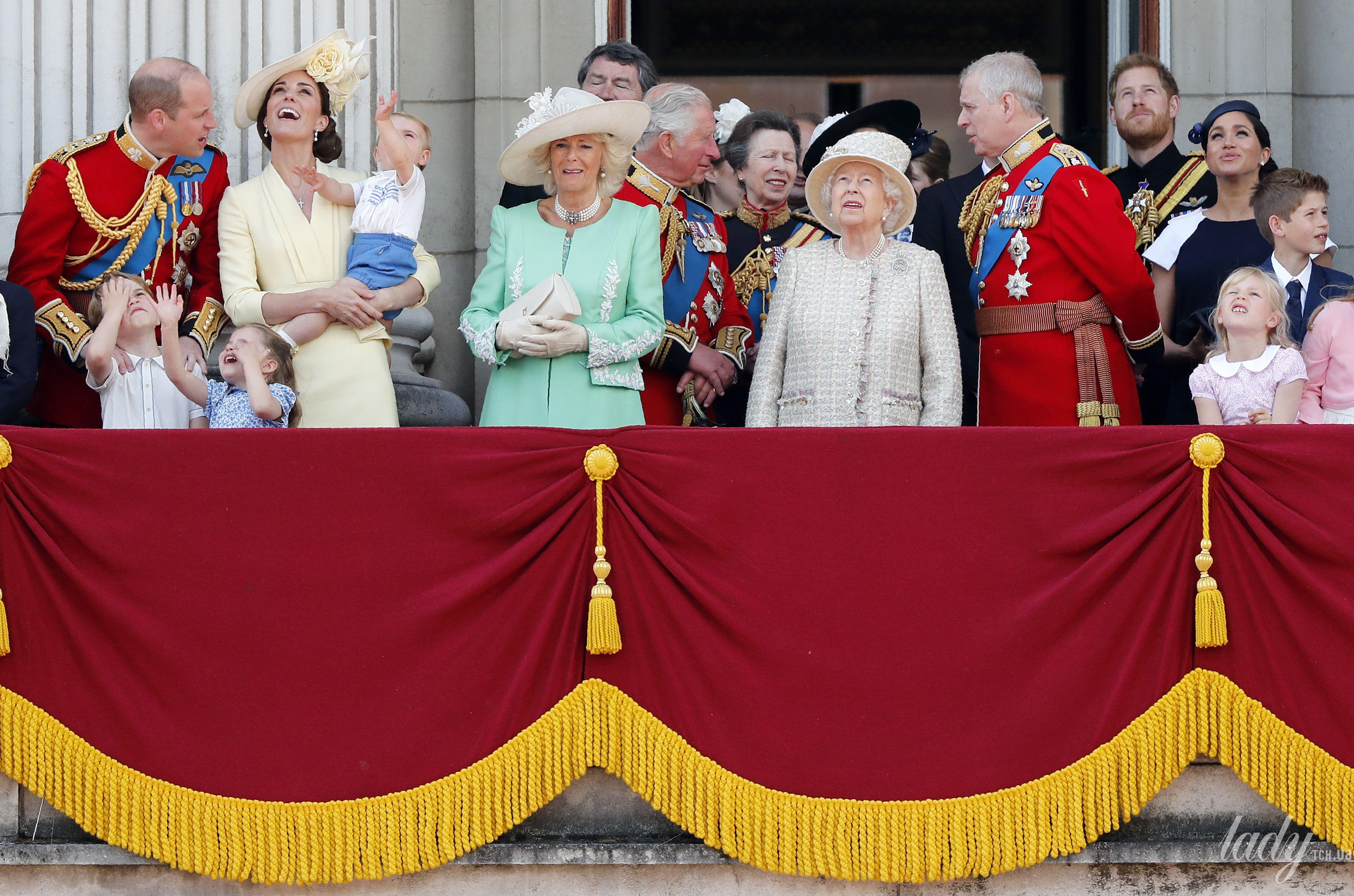 Королевская семья на параде_10